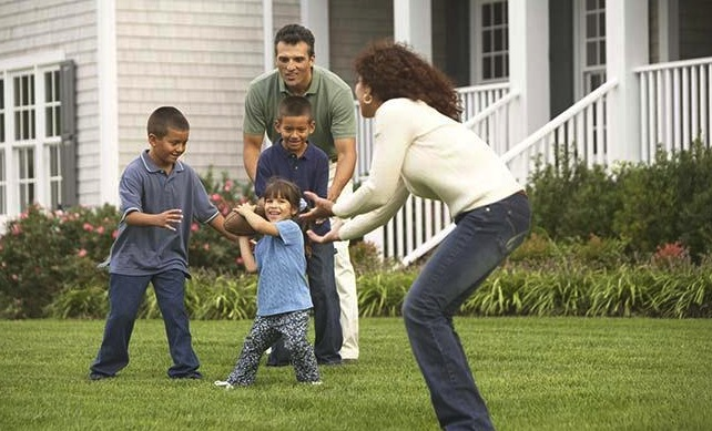 hispanic_family_playing_football_in_backyard_BLD033094